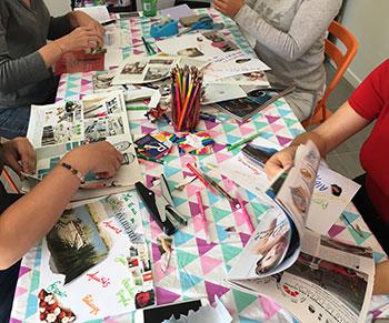 Adultes réunis autours d'un atelier créatif